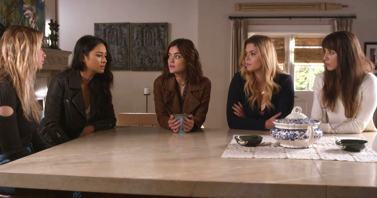 Pretty Little Liars - Your Official Recap For The Summer Finale: The Darkest Knight - 1009