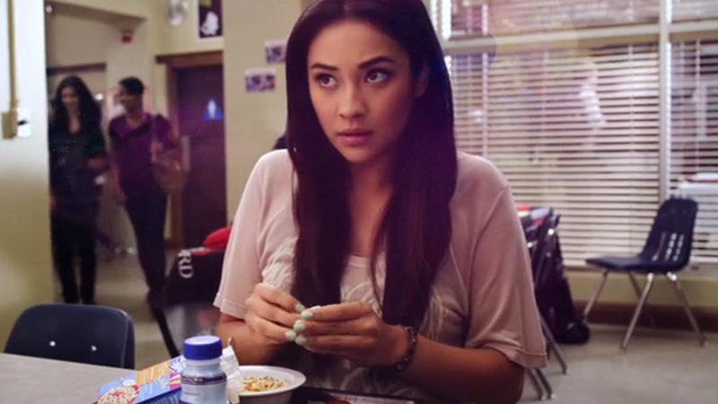 Pretty Little Liars - See The Scary Surprise Emily Got For Breakfast In This Scene From Episode 32! - Thumb