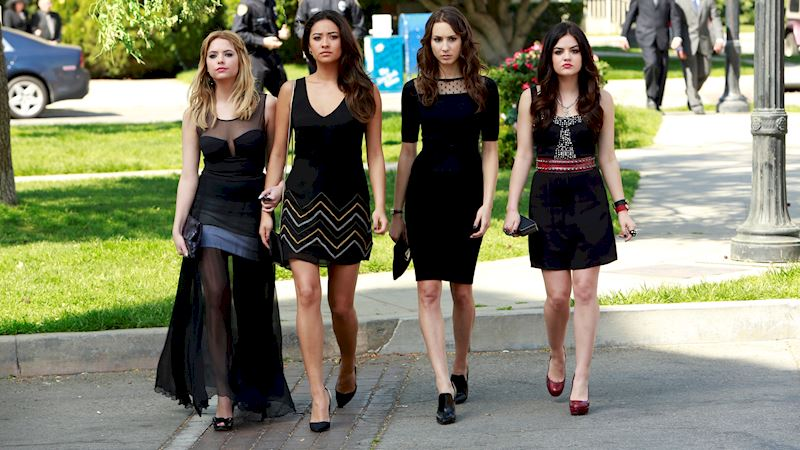 Pretty Little Liars - 13 Times PLL Brought Funeral Fashion To Life! - Thumb