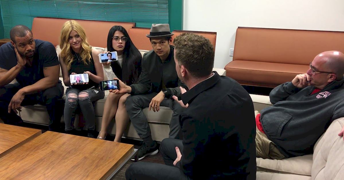 Shadowhunters - [EXCLUSIVE] Watch As The Shadowhunters Cast Finds Out There Will Be A Second Season! - 1005
